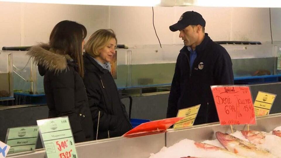 M. Dehédin parle avec deux femmes.