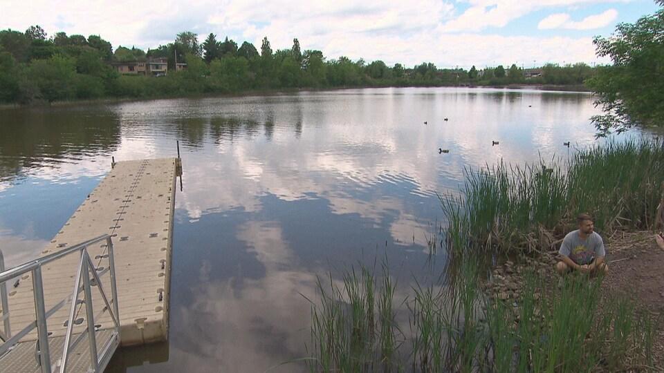 Un lac avec un petit quai.