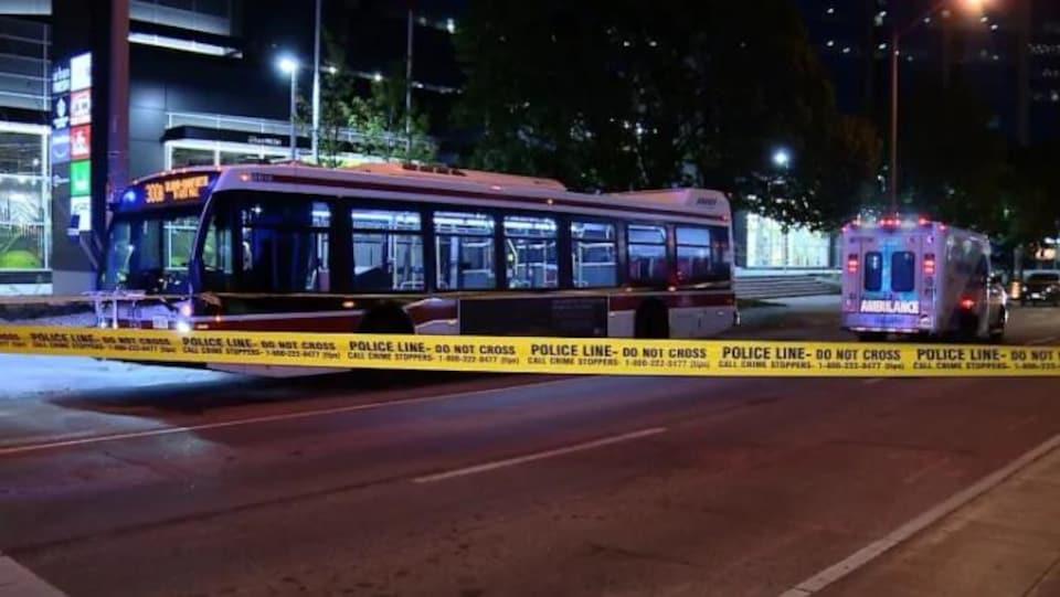 un bus et un périmètre de sécurité de la police
