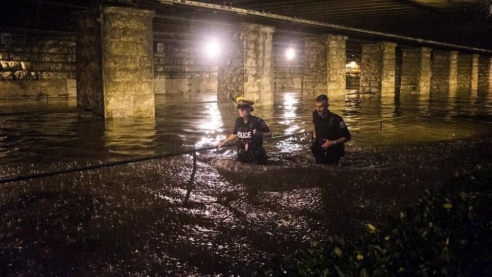 Deux policiers ont de l'eau jusqu'à la taille
