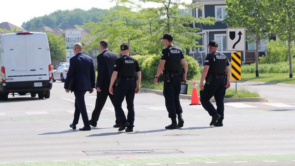 Des policiers dans un quartier résidentiel