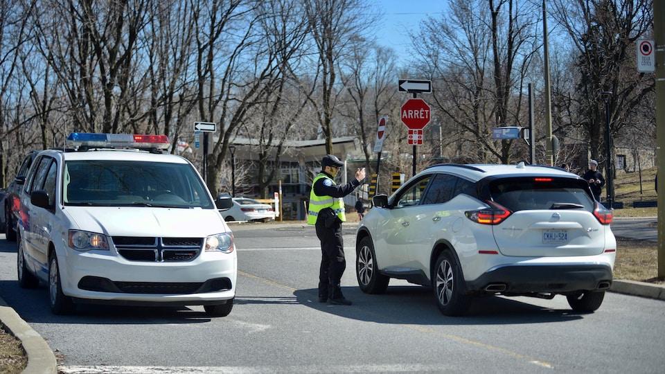 Un policier effectue un contrôle dans un parc.
