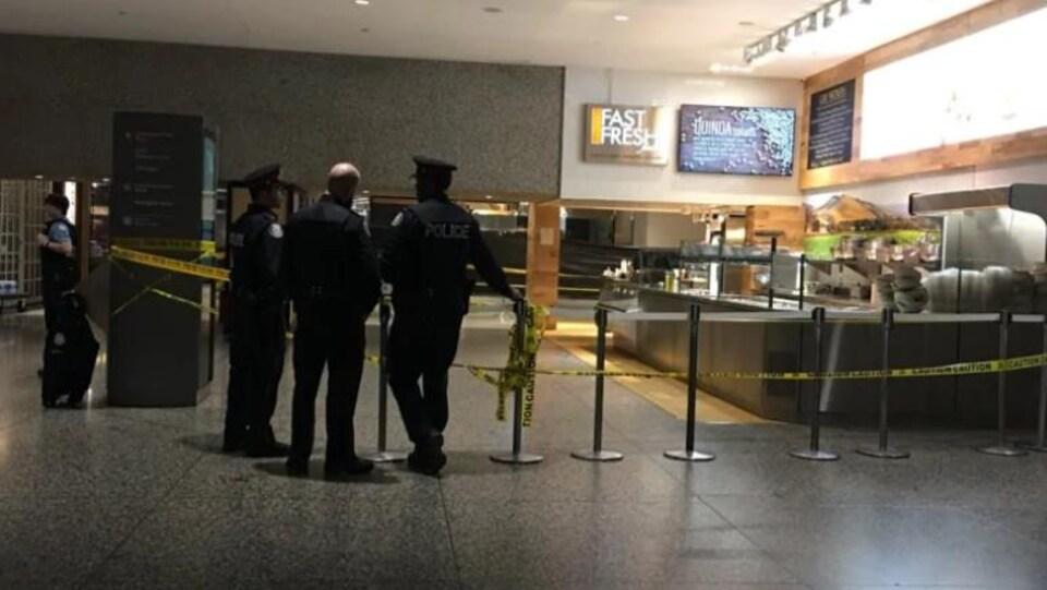 des policiers avec un paramètre de sécurité dans une aire de restauration