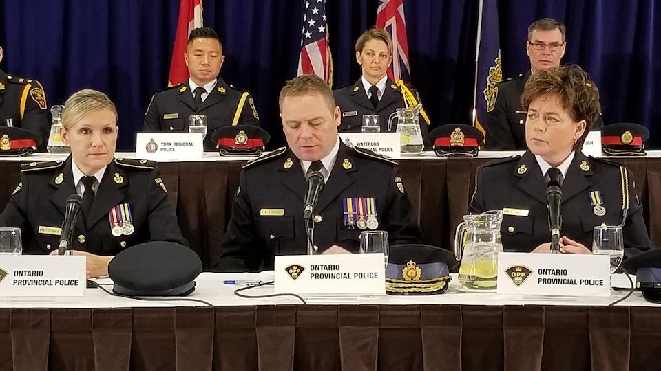 Des policiers assis à des tables.