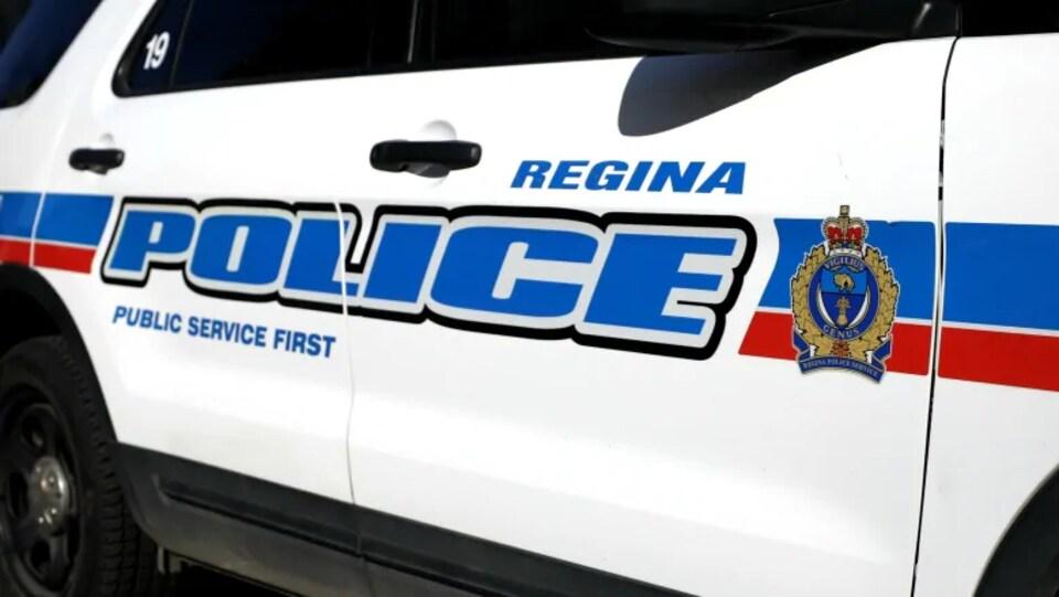 Portière d'une voiture de police de Regina.