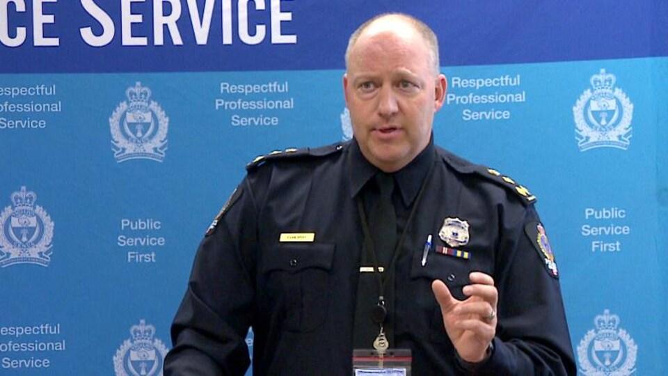 Photo de Evan Bray, chef du Service de police de Regina, qui fait un discours.