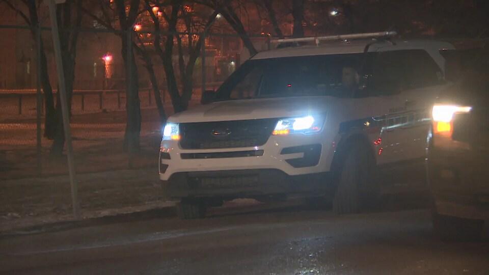 Une voiture de la police de Regina stationnée tard en soirée.