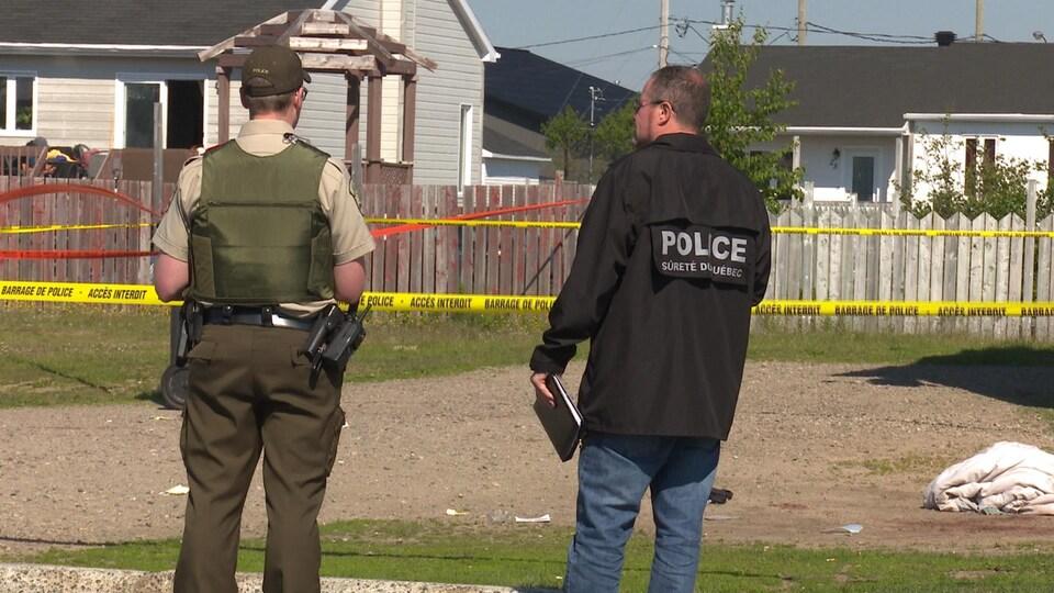 Des policiers surveillent une scène de crime