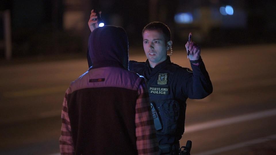 Un policier de Portland, en Oregon, effectue un test de sobriété.