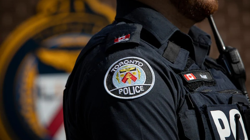 L'épaule d'un agent de la police de Toronto.