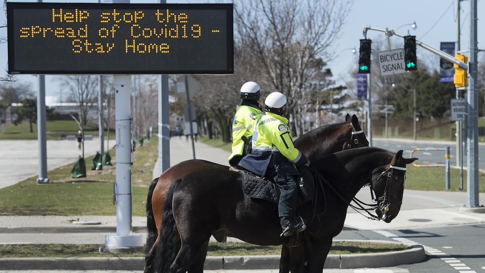Deux policiers à cheval à Toronto.