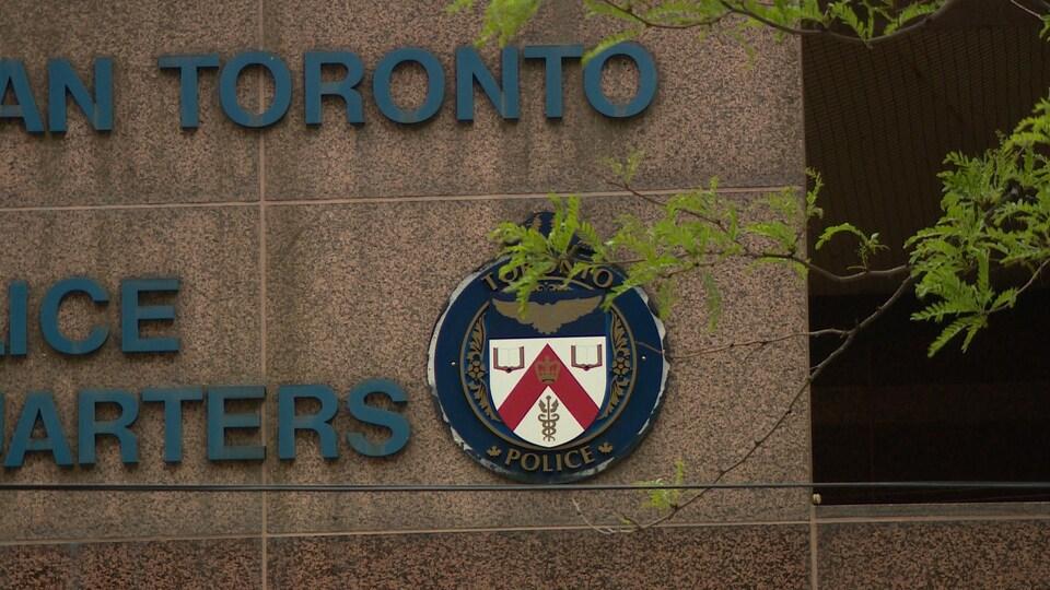 Le quartier général et le logo de la police de Toronto.