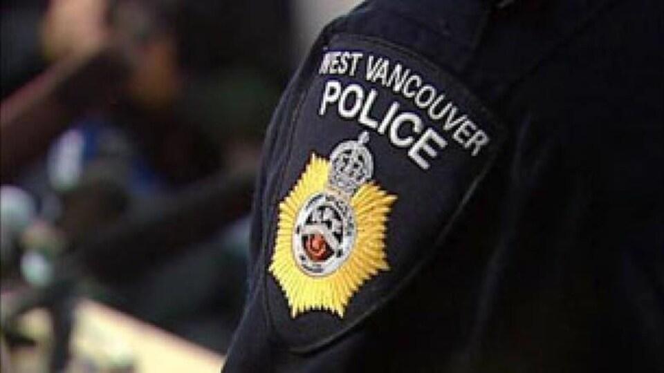 Plan serré sur l'écusson de la police de West Vancouver sur l'épaule d'une personne en uniforme.