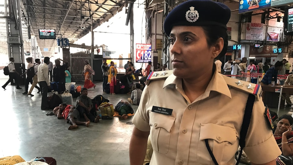 Rekha Mishra, policière affectée au terminus de train Chhatrapati Shivaji de Mumbai.