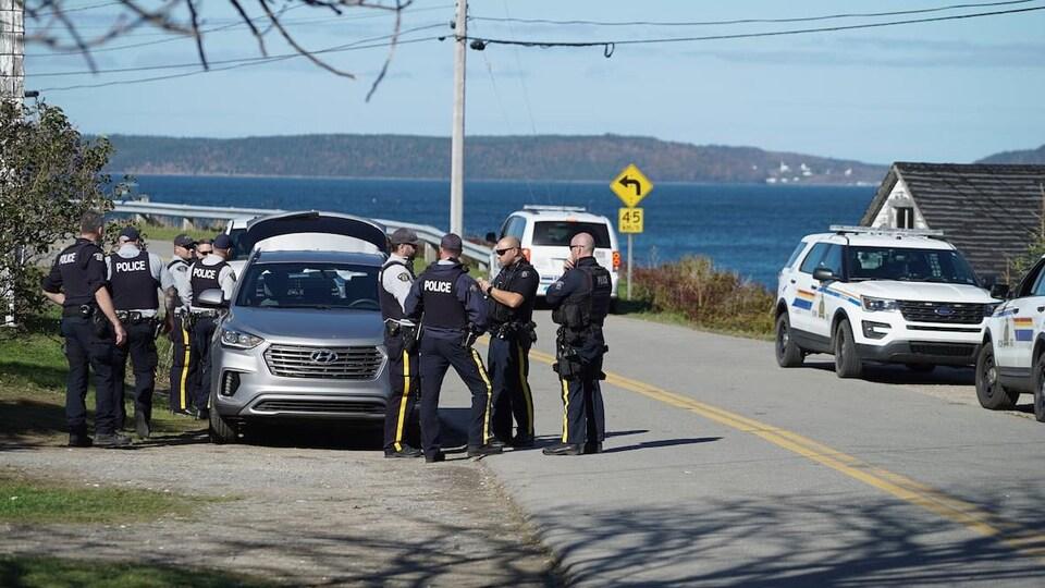 Des policiers de la GRC sur le bord d'une route en Nouvelle-Écosse.