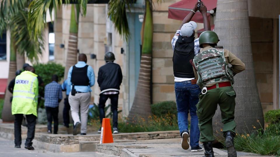 Des soldats et policiers armés dans une rue.