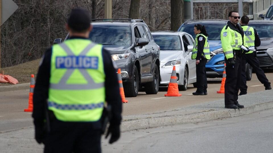 Des policiers demandent aux automobilistes la raison de leur déplacement.