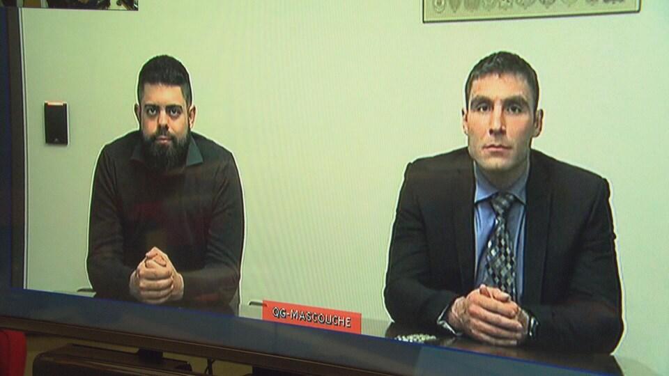 Deux homme assis à une table en vidéoconférence.