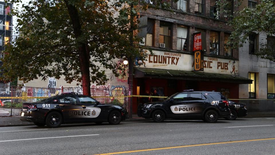 Des officiers du VPD lourdement armés arrivent à l'extérieur de l'hôtel Grand Union, rue Hastings.