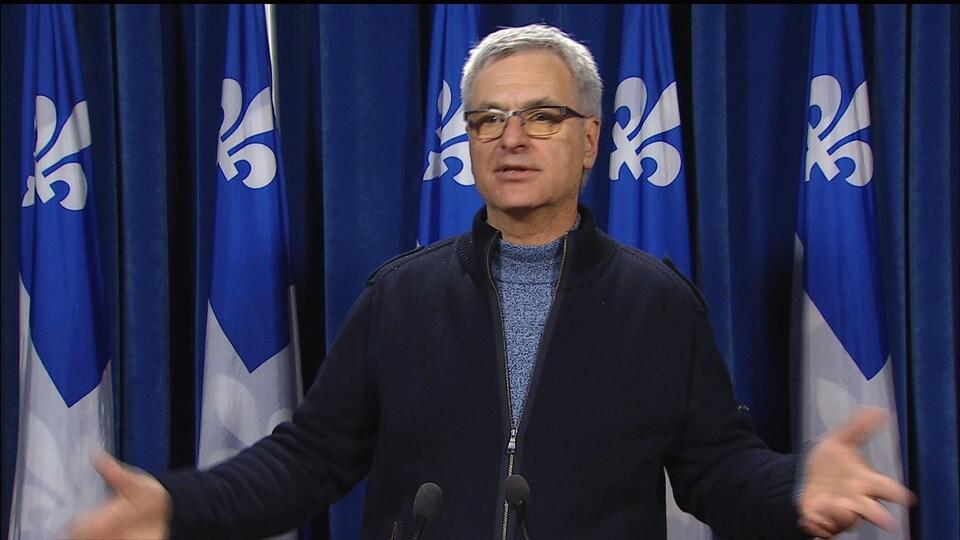 Le leader parlementaire libéral, Jean-Marc Fournier, lors d'un point de presse.