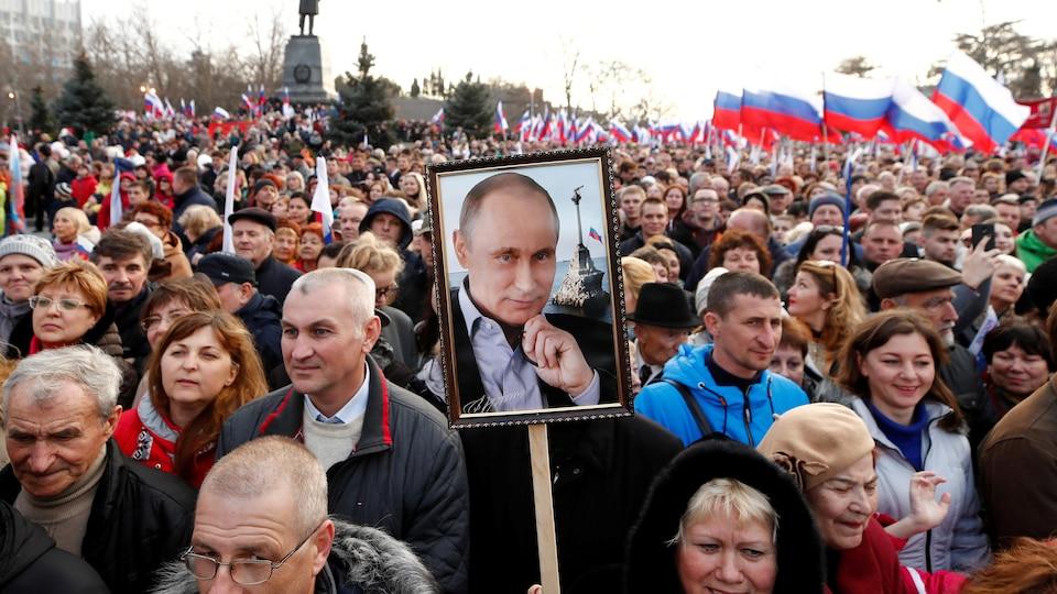 Des participants à une manifestation en faveur du président russe Vladimir Poutine.