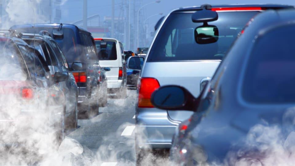 Un embouteillage avec des voitures qui polluent.