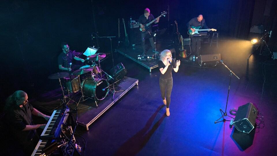 Élyse Blais lors de sa chanson «Au prochain chapitre»