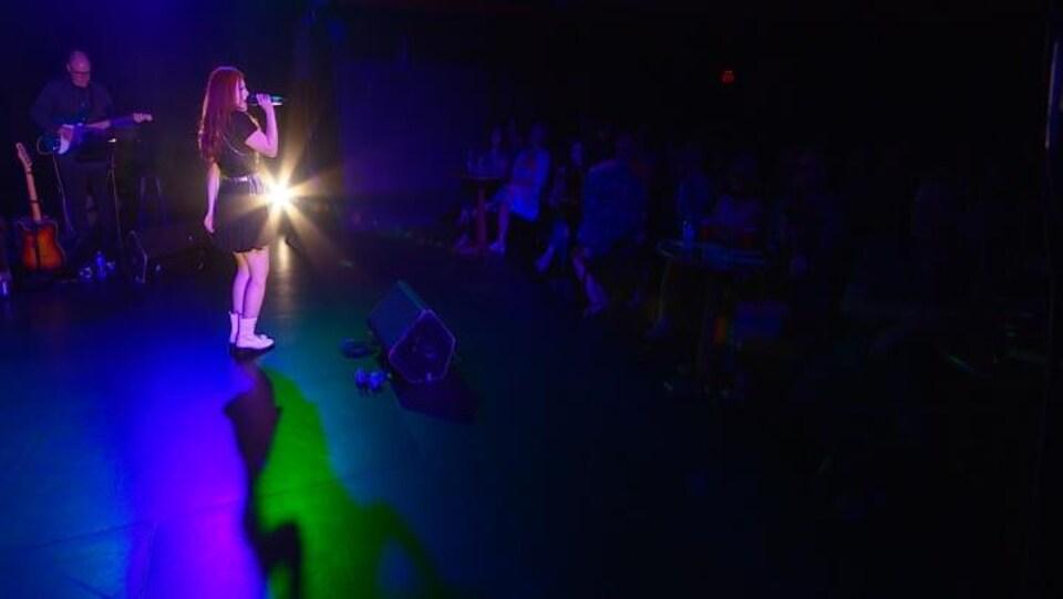 Lisa Malo lors de sa chanson «Le serpent noir»