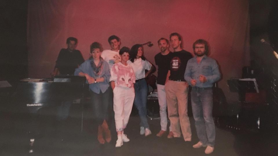 Les huit participants du gala sur une scène.