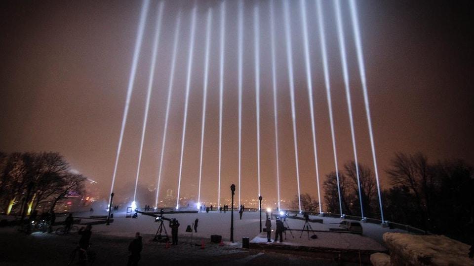 Quatorze lignes de lumière s'élançant vers le ciel à partir du belvédère Kondiaronk.