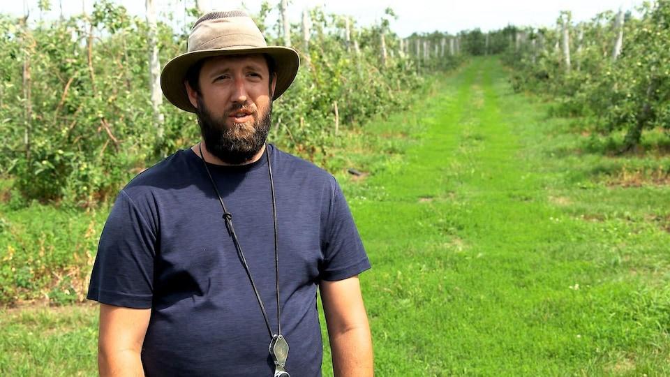 Sébastien Beauchamp, agronome, dans un verger.