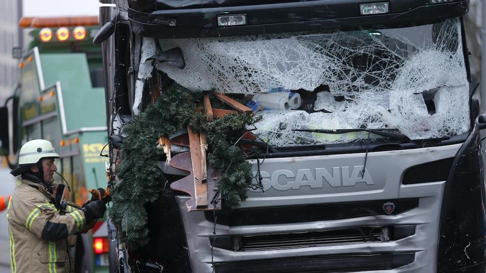 Un pompier près du camion ayant servi à commettre l'attentat.