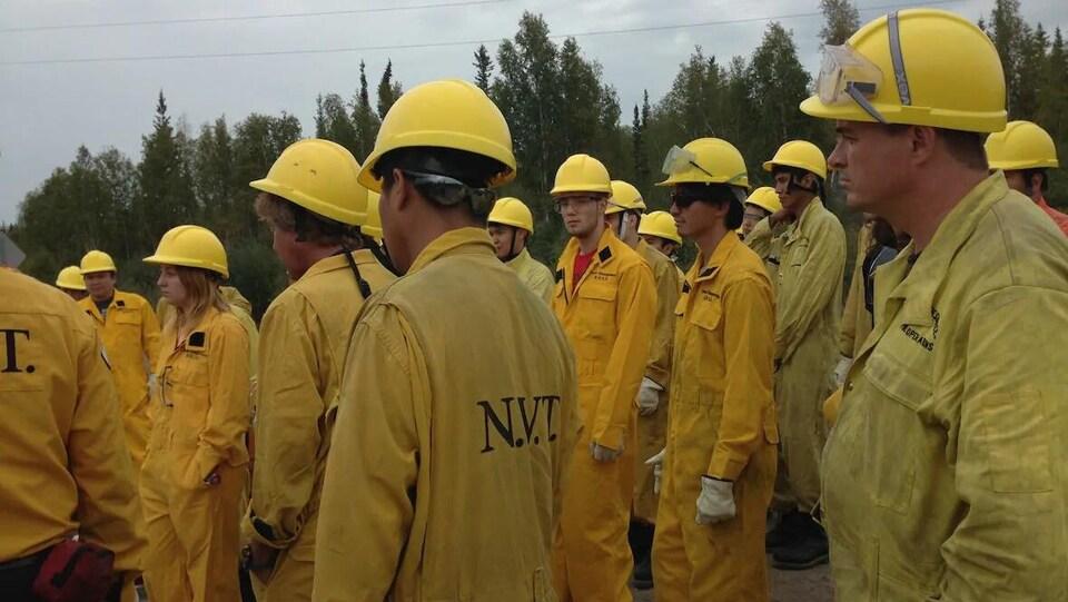 Des pompiers avec des casques et des vêtements de protection.