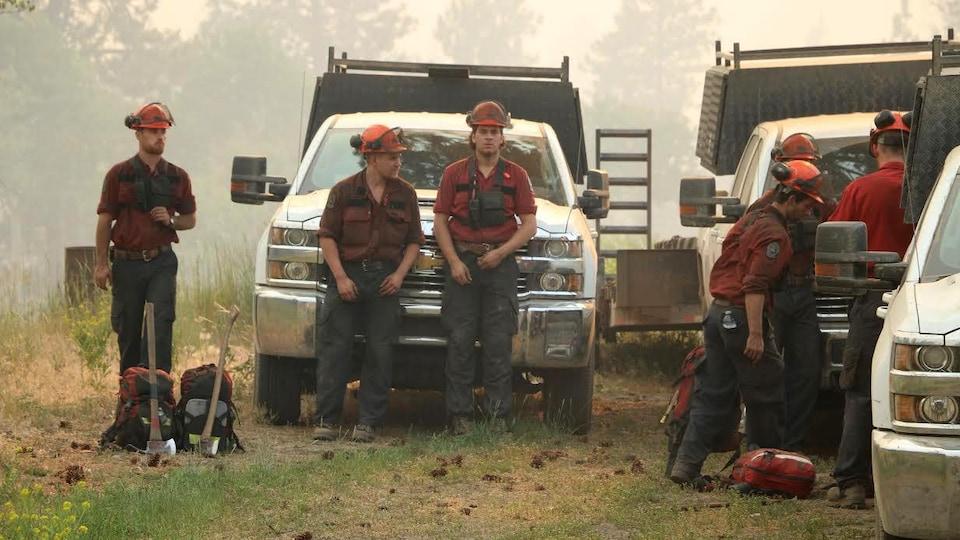 Des pompiers prennent une pause près de Princeton, en Colombie-Britannique