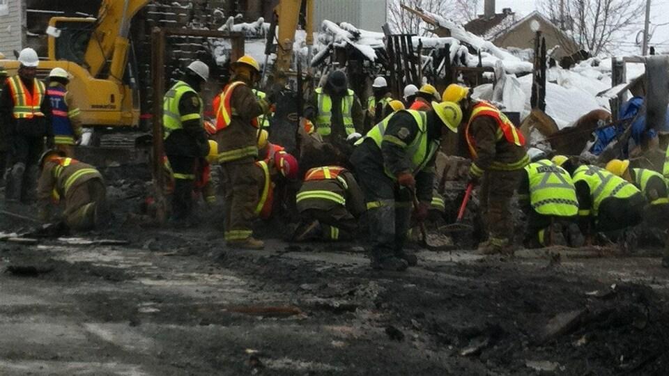 Des pompiers au travail sur le site de l'incendie.