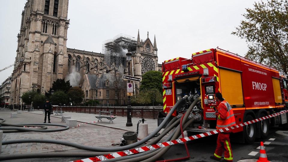 Aux alentours de la cathédrale, les rues sont vides. Seuls des pompiers s'activent encore.