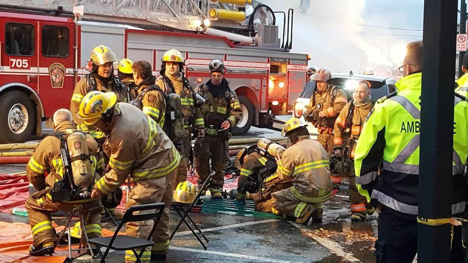 Des pompiers qui se préparent à prendre la relève.