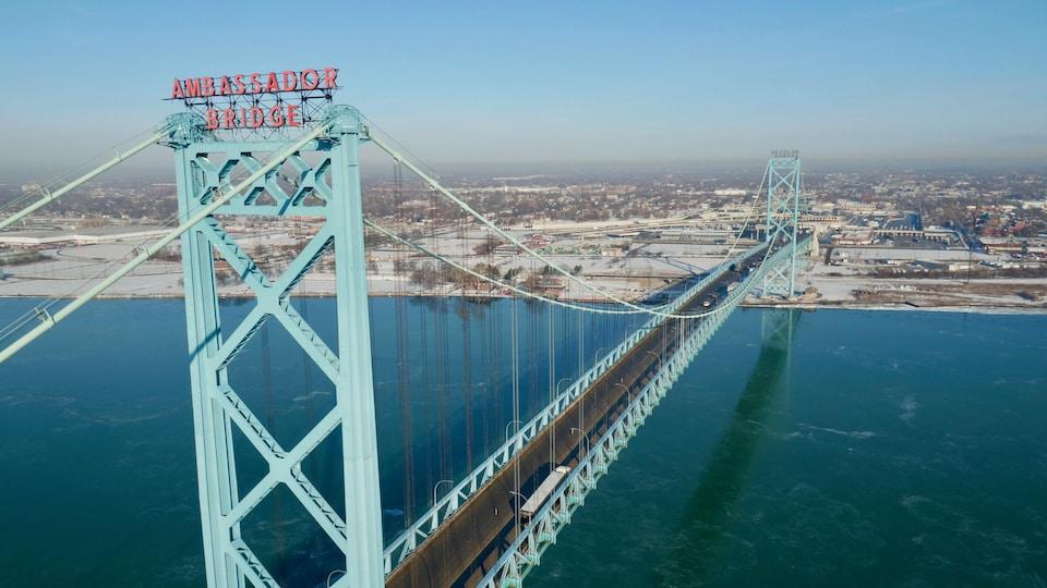 Le pont Ambassadeur photographié par un drone au-dessus de la rivière Détroit.