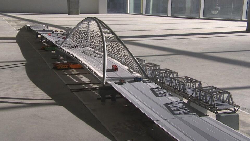 Une maquette de pont.