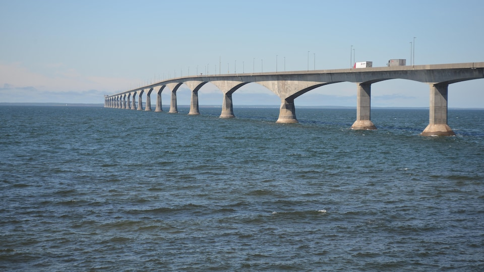 Le pont de la Confédération reliant l'Île-du-Prince-Édouard au Nouveau-Brunswick par une journée ensoleillée.