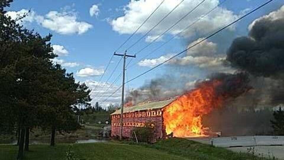 L'intérieur du pont est ravagé par les flammes.