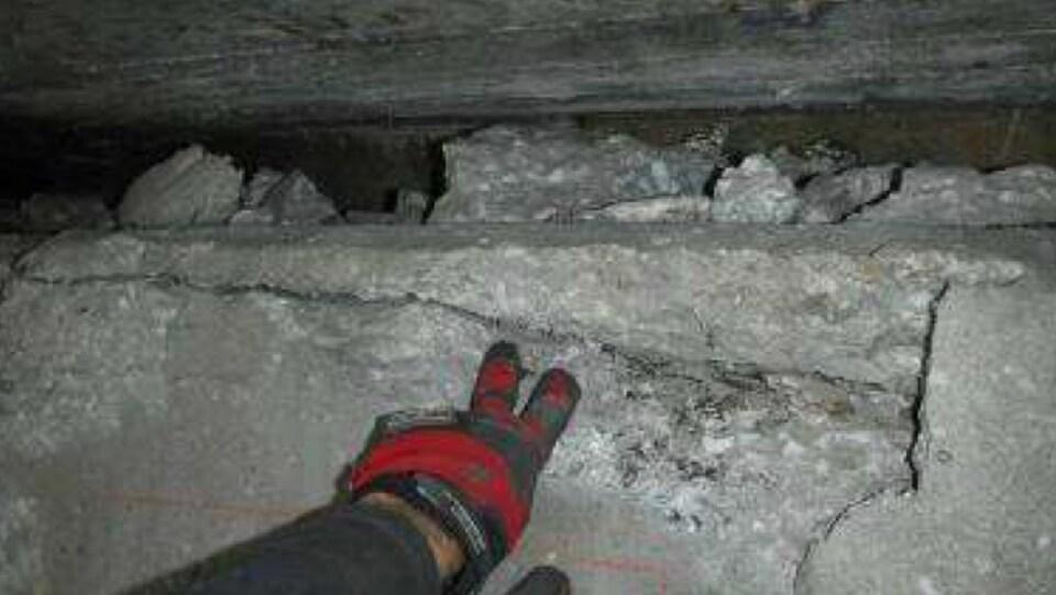 De nombreuses fissures dans le béton sont apparentes.
