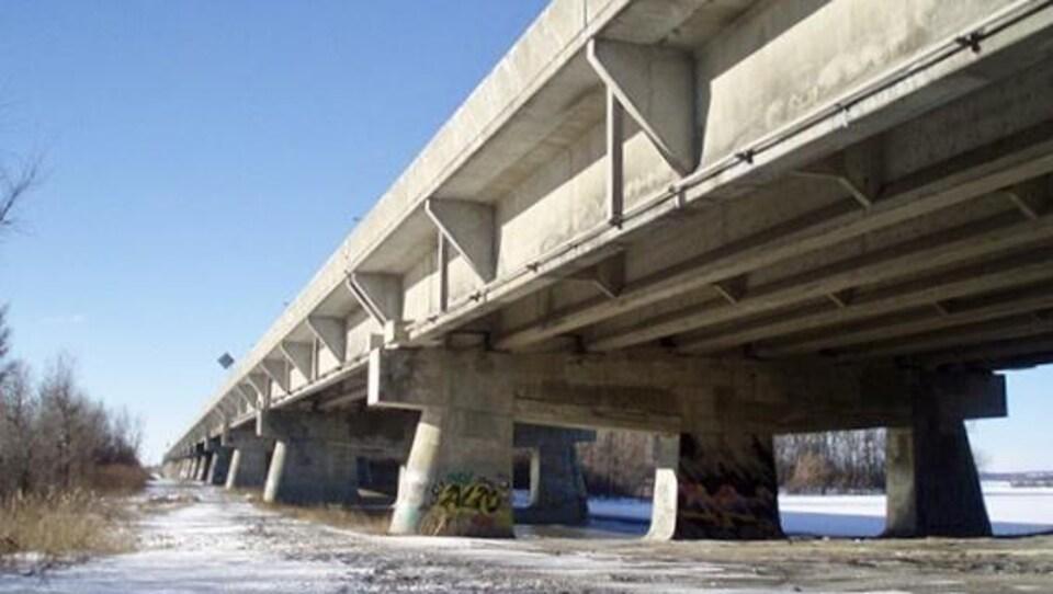 Le pont, en hiver.