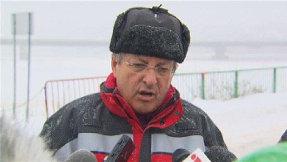 L'ex-maire Jean Tremblay parle aux journalistes devant le pont Dubuc.