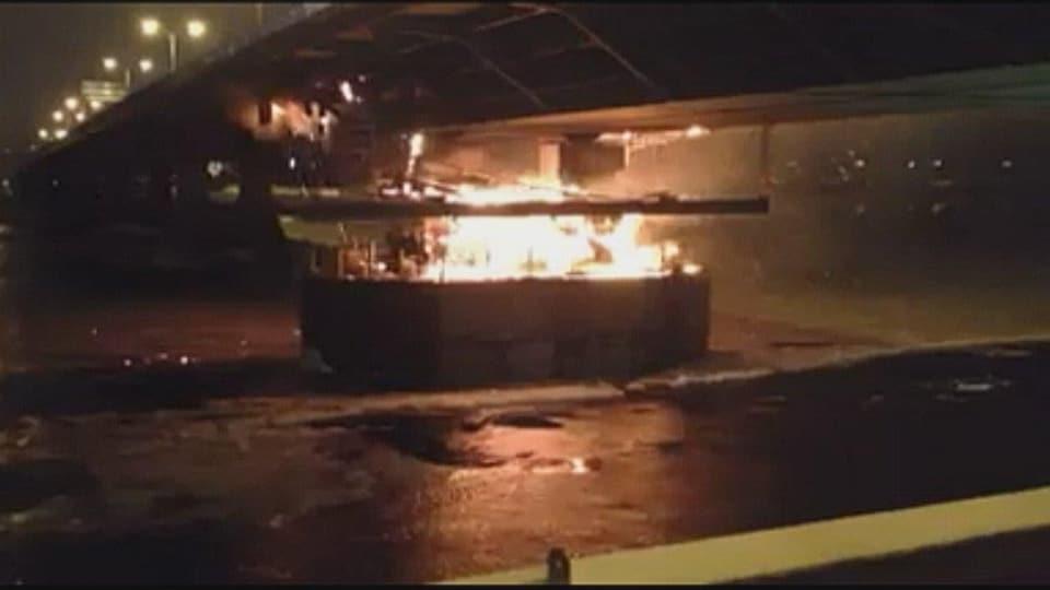 Un échafaudage sous le pont Dubuc en flammes.