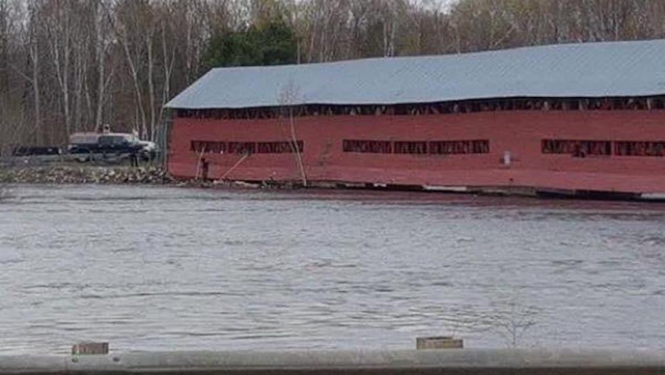 Un pont couvert rouge