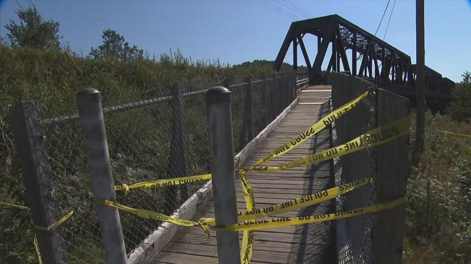 Pont avec des bandeaux jaunes de police