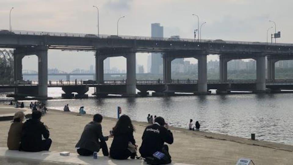 On pont surplombe le paysage.