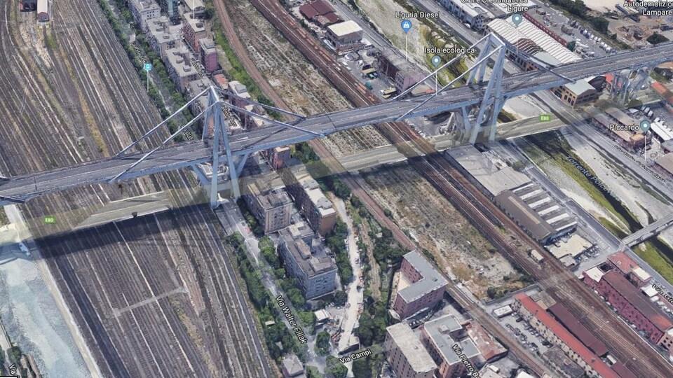 La partie du pont autoroutier qui s'est écroulé traversait des voies ferrées.