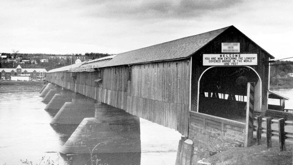 Une photo d'archives en noir et blanc du pont de Hartland.